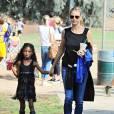 Le top model allemand Heidi Klum et sa fille Lou, à Brentwood, le 17 octobre 2015.