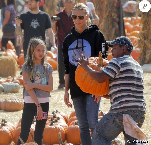 """Heidi Klum et sa fille Leni achètent des citrouilles au """"Mr. Bones Pumpkin Patch"""", à West Hollywood (Los Angeles), le 17 octobre 2015."""