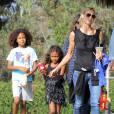 Heidi Klum se promène avec ses enfants Leni, Henry, Johan et Lou à Brentwood, le 17 octobre 2015.