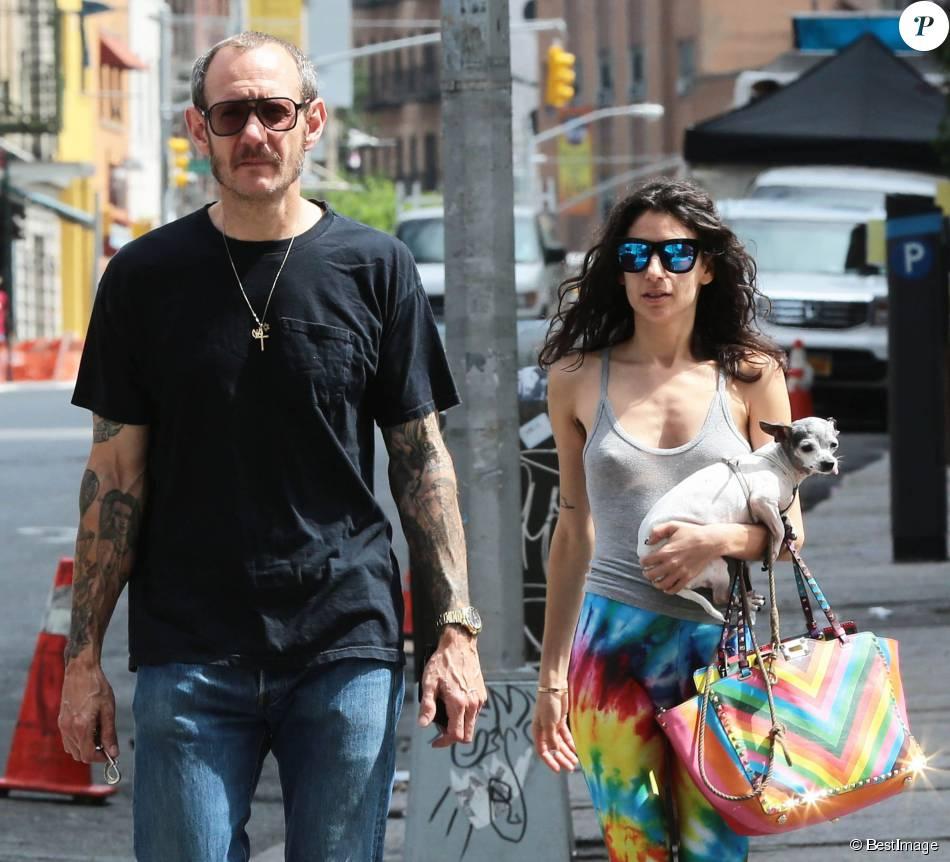 Le célèbre photographe Terry Richardson se promène avec une inconnue dans les rues de New York le 19 juin 2015