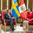 La princesse Victoria de Suède, enceinte et vêtue d'une robe Séraphine, et le prince Daniel ont été reçus par le président Ollanta Humala et sa femme Nadine Heredia au palais présidentiel à Lima, au Pérou, le 19 octobre 2015 dans le cadre de leur visite officielle.