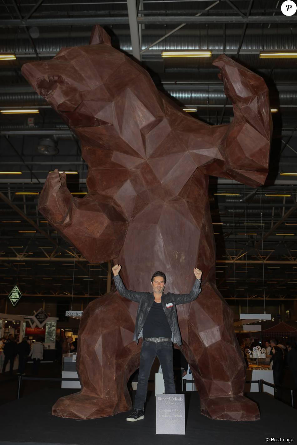 Richard orlinski devant sa cr ation de 6m de haut ours en for Salon a porte de versailles