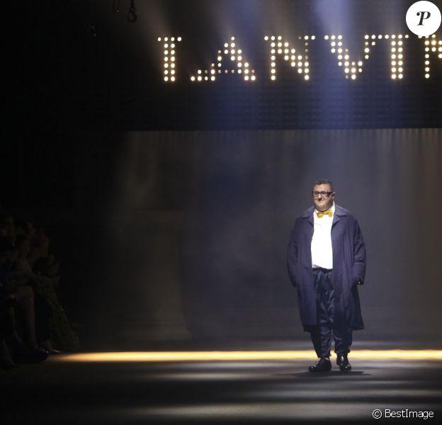 """Alber Elbaz lors du final - Défilé de mode """"Lanvin"""" prêt-a-porter printemps-été 2016 à Paris le 1 octobre 2015."""