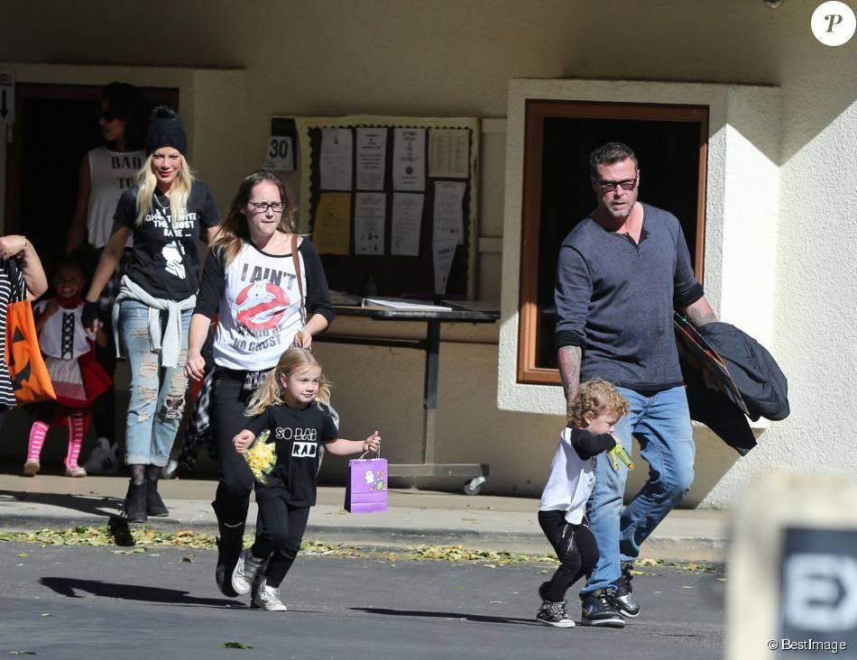 Tori Spelling et son mari Dean McDermott sont allés chercher leurs enfants à l'école après une fête d'Halloween à Encino, le 30 novembre 2015