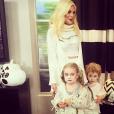 Tori Spelling et ses enfants déguisés pour Halloween, c'est Tori elle-même qui a fabriqué leurs costumes / photo postée sur le compte Instagram de l'actrice.