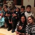 Vin Diesel pose avec les deux jumeaux Saldana, Cy et Bowie, alors que sa fille Pauline est dans les bras de Zoe Saldana, pour Halloween. (photo postée le 1er novembre 2015)