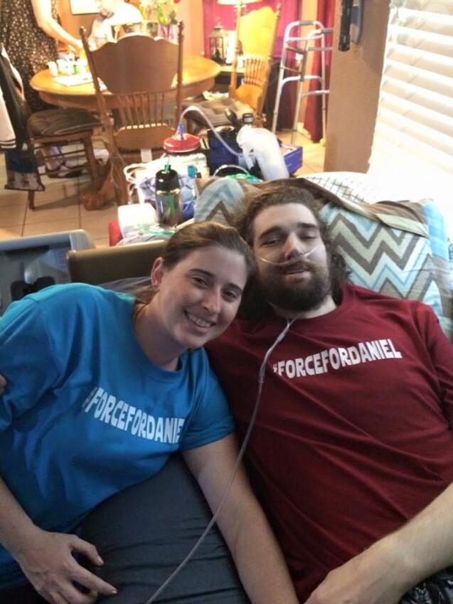 Ashley et Daniel Fleetwood sur le dernier selfie pris par le couple avant la mort du jeune homme, emporté par son cancer après avoir réalisé son dernier rêve.