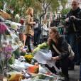 Hommage des Parisiens devant le Bataclan. Des mots et des fleurs sont déposés à la mémoires des victimes. Le 14 novembre 2015.