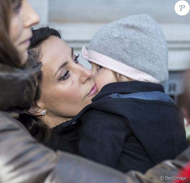 La princesse Marie de Danemark, avec sa fille la princesse Athena dans ses bras, a rendu hommage devant l'ambassade de France à Copenhague, le 14 novembre 2015, aux victimes des attentats perpétrés la veille à Paris.