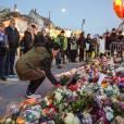 Devant l'ambassade de France à Copenhague, les Danois ont rendu hommage le 14 novembre 2015 aux victimes des attentats perpétrés la veille à Paris.