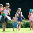 Exclusif - Denise Richards, ses filles Lola et Sam et les enfants de Charlie Sheen, Bob et Max, au parc à Beverly Hills, le 25 juillet 2013.
