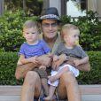 Charlie Sheen pose avec ses fils Max et Bob à Los Angeles, le 22 août 2010.