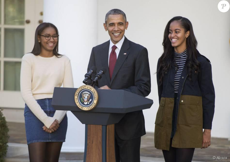 Barack Obama a sauvé une dinde à l'occasion de la fête de Thanksgiving, à la Maison Blanche, en compagnie de ses filles Sasha et Malia, le 25 novembre 2015