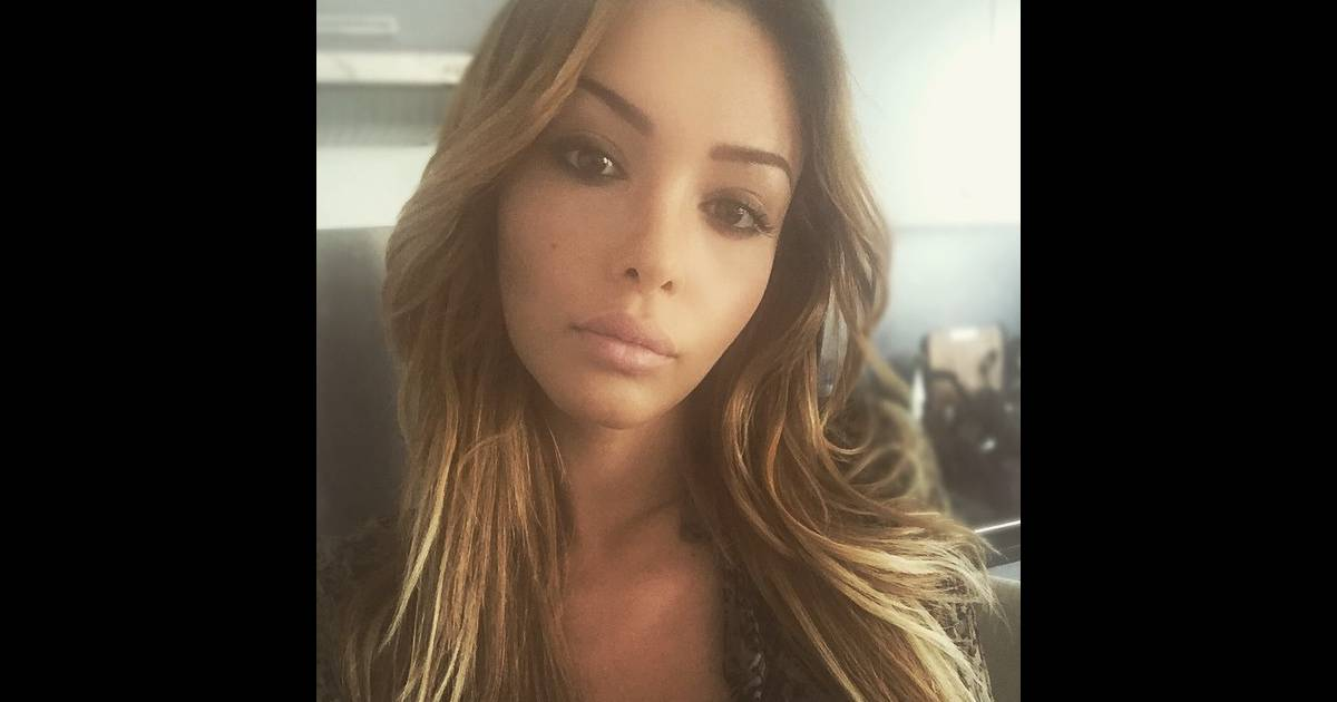 nabilla sublime avec ses m ches blondes purepeople. Black Bedroom Furniture Sets. Home Design Ideas