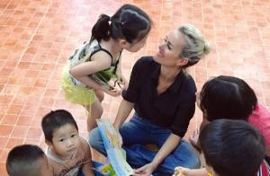 Laeticia Hallyday au Vietnam, retour émouvant au pays de ses filles