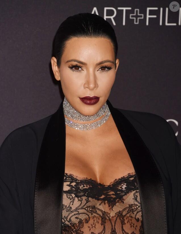 """Kim Kardashian, enceinte lors du Gala """"The LACMA 2015 Art+Film"""" en l'honneur de James Turrell et Alejandro Inarritu à Los Angeles, le 7 novembre 2015."""