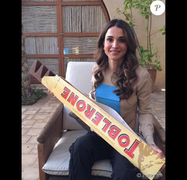 Rania de Jordanie et son Toblerone de 80 cm / 4,5 kilos : un rêve d'enfant réalisé ! Photo Instagram décembre 2015.