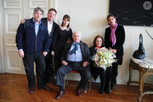 Michel Galabru, ici avec sa famille, a reçu la Grande médaille de Vermeil de la Ville de Paris des mains de Bertrand Delanoë le mardi 6 décembre 2011 à Paris