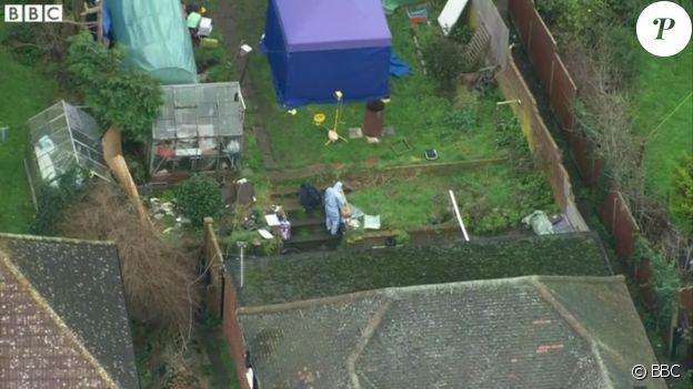 Les enquêteurs en plein travail dans la maison de Sian Blake à Erith au sud-ouest de Londres, janvier 2016. Trois corps ont été retrouvés enterrés dans le jardin, peut-être celui de l'actrice et ses deux enfants.