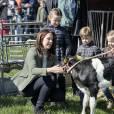 La princesse Mary, la princesse Isabella, le prince Vincent et la princesse Josephine en visite dans une ferme lors de la journée de l'écologie à Copenhague, le 19 avril 2015.