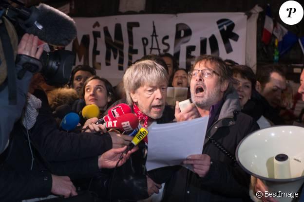 Renaud s'est joint à Christophe Alévêque et à des centaines d'anonymes place de la République à Paris le 7 janvier 2016 pour rendre hommage aux victimes des attentats terroristes, un an jour pour jour après l'attaque de Charlie Hebdo.