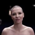 La chanteuse Anne Sila dans le clip  Le Monde tourne sans toi .