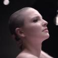 Anne Sila dans son clip  Le Monde tourne sans toi .