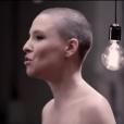 Anne Sila dans le clip  Le Monde tourne sans toi .