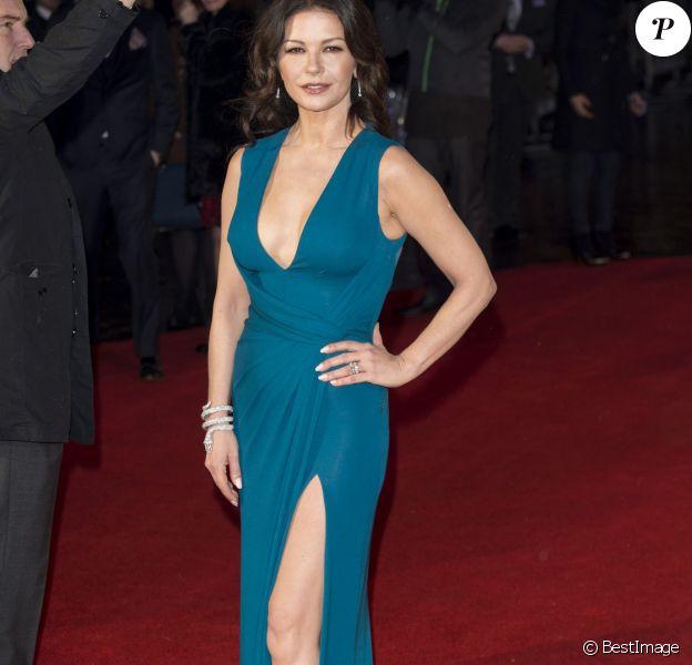 """Catherine Zeta-Jones ultra-sexy dans une robe Elie Saab à la première du film """"Dad's Army"""" à Londres, le 26 janvier 2016."""