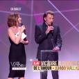 """Johnny Hallyday reçoit la Victoire de l'album de chansons de l'année au côté de Yodelice (Maxim Nucci) qui a produit l'album """"De l'amour"""" - Victoires de la musique au Zénith de Paris, le 12 février 2016."""