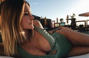 Caroline Receveur : La bombe dévoile son corps de sirène à Los Angeles !