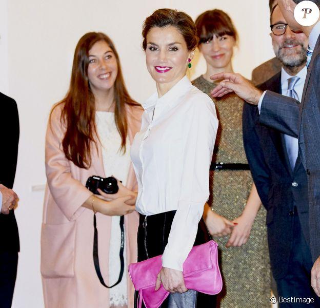 La reine Letizia d'Espagne, en pantacourt en cuir Uterque, chemisier Hugo Boss et veste Carolina Herrera, assurait avec le roi Felipe VI l'inauguration de la 35e édition du salon d'art contemporain ARCOmadrid le 25 février 2016.