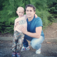 Adrien de  L'amour est dans le pré 2010 , atteint de la maladie de Hirschsprung, pose avec un enfant malade. 2015.