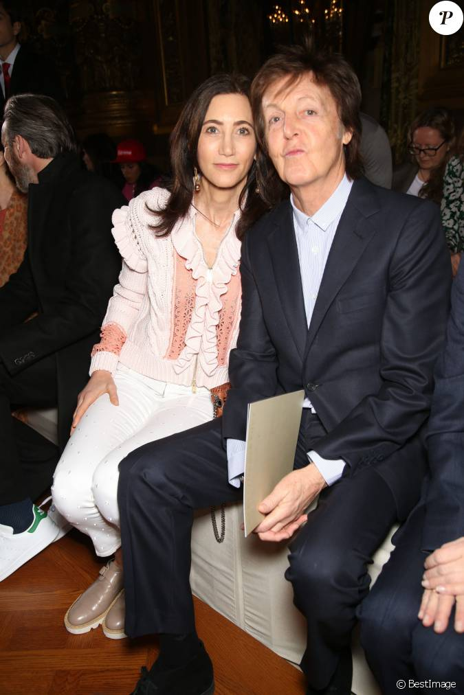 sir paul mccartney et sa femme nancy shevell people au d fil de mode pr t porter automne. Black Bedroom Furniture Sets. Home Design Ideas