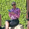 Exclusif - Amber Rose avec sa coque de téléphone Moschino en forme de spray de Nettoyage fait une pause pendant une promenade à Runyon Canyon le 25 février 2016