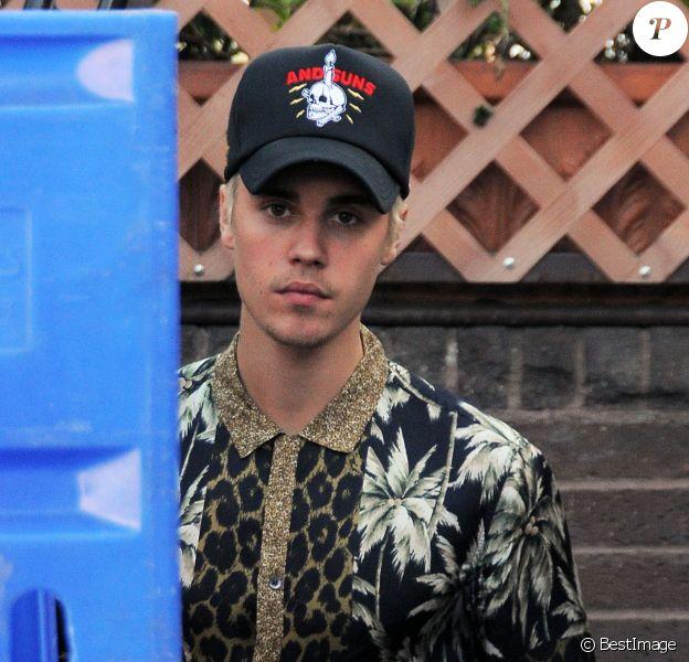 Justin Bieber se promène à Beverly Hills le 25 février 2016.