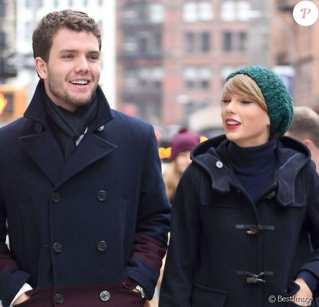 Taylor Swift va déjeuner avec son frère Austin et ses parents Andrea et Scott dans le quartier de Tribeca à New York, le 22 décembre 2014.