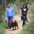 Anne Hathaway, enceinte, se promène avec son mari Adam Shulman et ses chiens à Los Angeles le 12 Mars 2016.