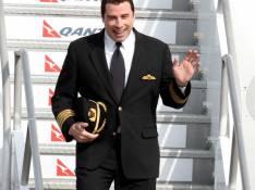 REPORTAGE PHOTOS : John Travolta s'envoie en l'air avec classe et avec... la chef de cabine !