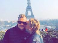Amélie Neten et Philippe amoureux au milieu des touristes, devant la tour Eiffel