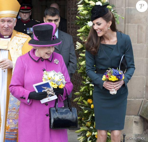 Kate Middleton en visite avec la reine Elizabeth II à Leicester le 8 mars 2012, un moment fondateur de la carrière royale de la duchesse de Cambridge.