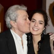 Anouchka Delon : Fillette main dans la main avec son papa, un tendre hommage