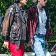 Kristen Stewart, les cheveux blond, se promène main dans la main avec sa petite amie Soko dans les rues de New York, le 12 avril 2016