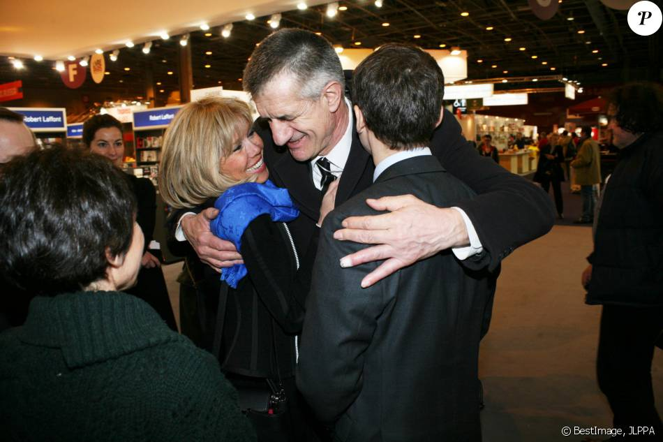 brigitte et emmanuel macron avec jean lassalle au salon du livre de paris le 17 mars 2016. Black Bedroom Furniture Sets. Home Design Ideas