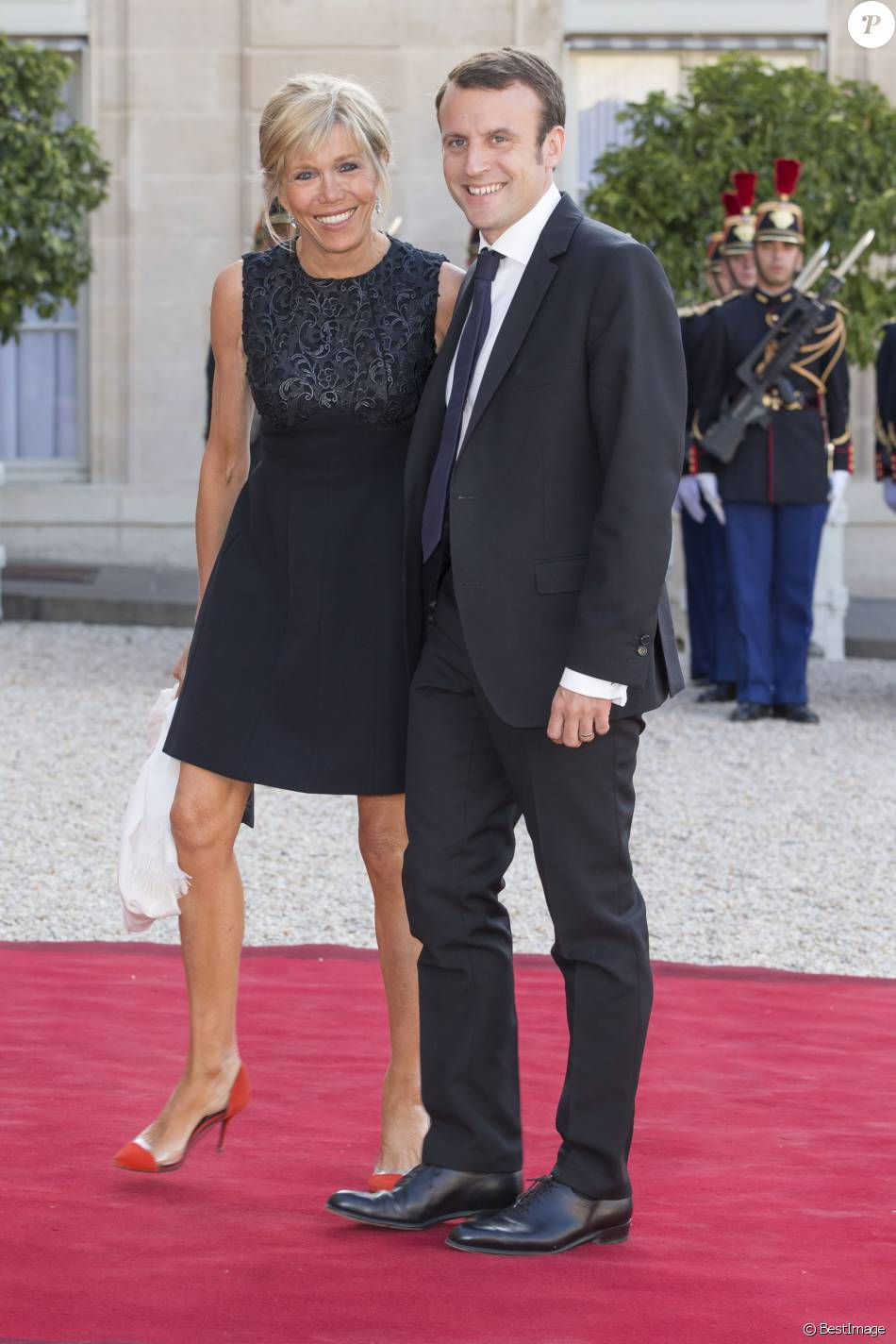 emmanuel macron et sa femme brigitte trogneux le couple royal espagnol est re u par le. Black Bedroom Furniture Sets. Home Design Ideas
