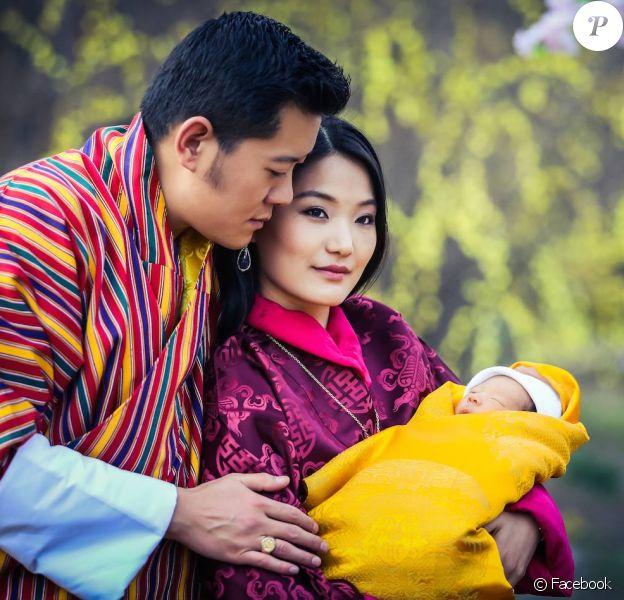 Le Gyalsey Jigme Namgyel Wangchuck, fils du roi-dragon Jigme Khesar Namgyel Wangchuck du Bhoutan et de la reine Jetsun Pema, photographié avec ses parents le 19 février 2015, à l'âge de deux semaines. Photo : Facebook couple royal du Bhoutan.