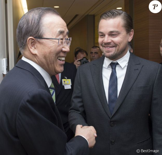 """Leonardo DiCaprio et Ban Ki Moon lors de la conférence sur le """"Paris Climate Agreement"""" aux Nations-Unies à New York, le 22 avril 2016."""
