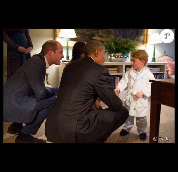 Le prince George de Cambridge a eu le droit d'aller se coucher 15 minutes plus tard que d'habitude pour saluer le président Barack Obama, le 22 avril 2016 chez lui au palais de Kensington. Photo : Twitter @KensingtonRoyal