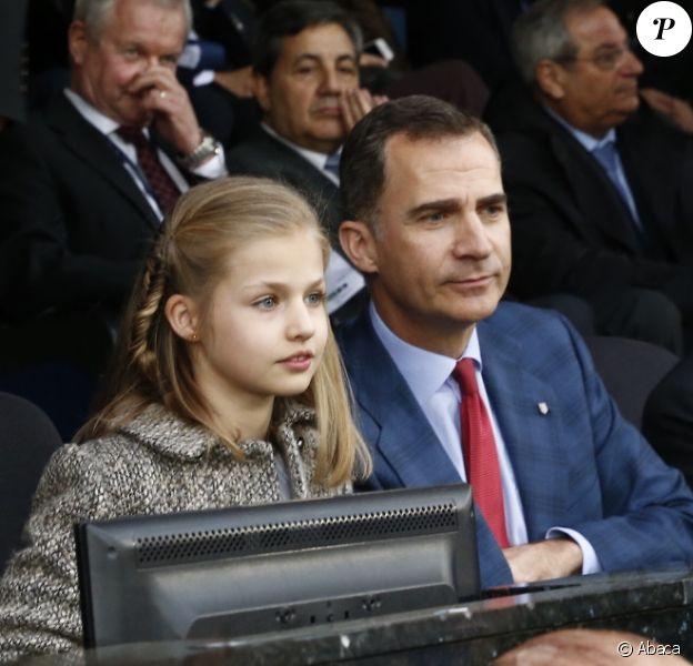 Le roi Felipe VI était accompagné de sa fille la princesse Leonor des Asturies, assise à côté de Vicente del Bosque, au stade Vicente-Calderon le 27 avril 2016 pour la demi-finale aller de Ligue des Champions entre l'Atletico Madrid et le Bayern Munich.