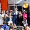 La princesse Anita et le prince Pieter Christiaan, le prince Bernhard et la princesse Annette, le roi Willem-Alexander, la reine Maxima des Pays-Bas et leurs filles, la princesse Amalia, la princesse Ariane et la princesse Alexia, le prince Constantijn et la princesse Laurentien - La famille royale des Pays-Bas lors du Kingsday à Zwolle. Le 27 avril 2016 27/04/2016 - Zwolle